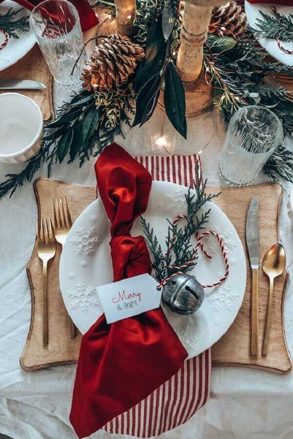 mesa natalina decorada com pinhas e talheres dourados Foto Home With Holliday
