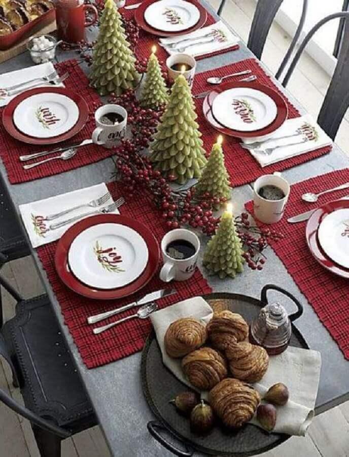 mesa natalina decorada com velas em formato de pinheiros de natal Foto Etsy