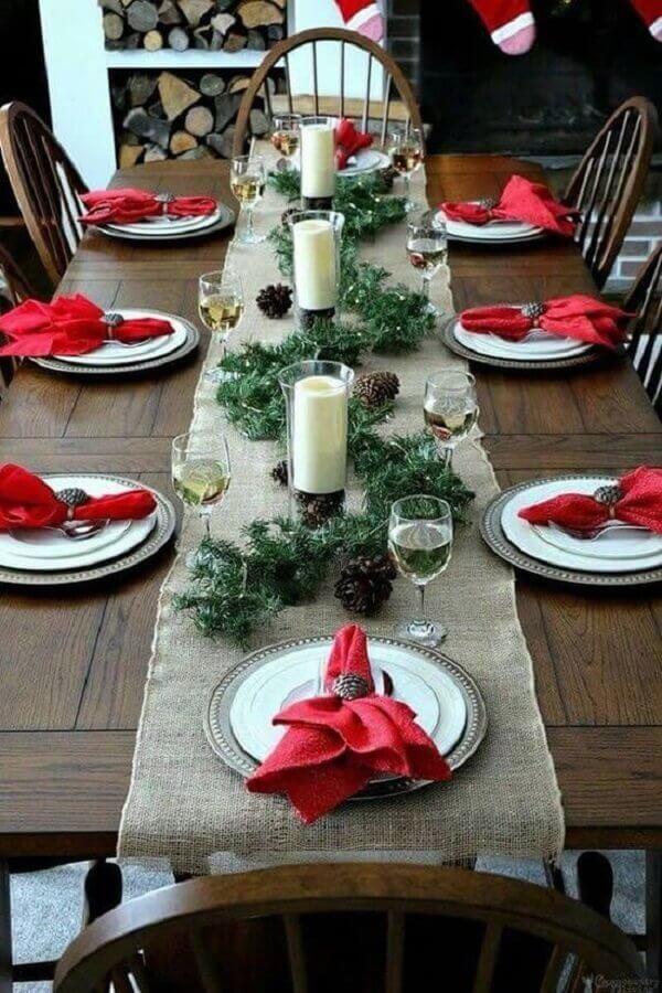 mesa natalina simples decorada com pinhas e velas Foto Pinterest