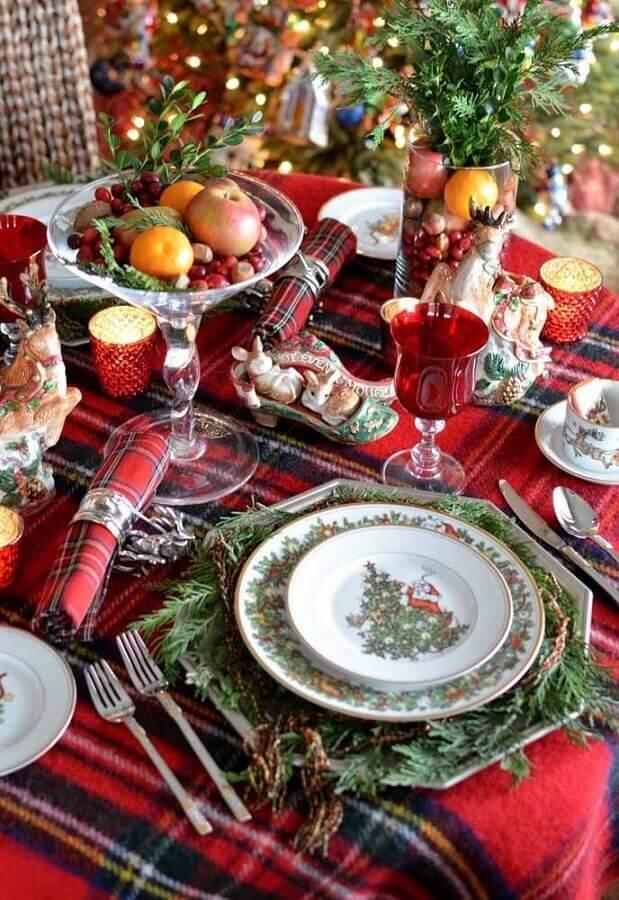 mesa posta natalina com decoração clássica vermelha e verde Foto Chismes Today