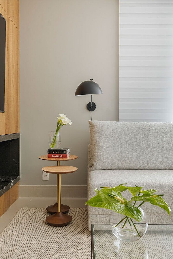 mesa redonda de canto para sala moderna decorada com abajur de parede e sofá sem braço Foto Casa de Valentina