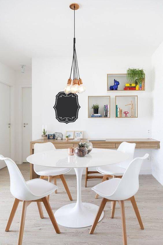 Mesa saarinen branca com cadeira eames branca