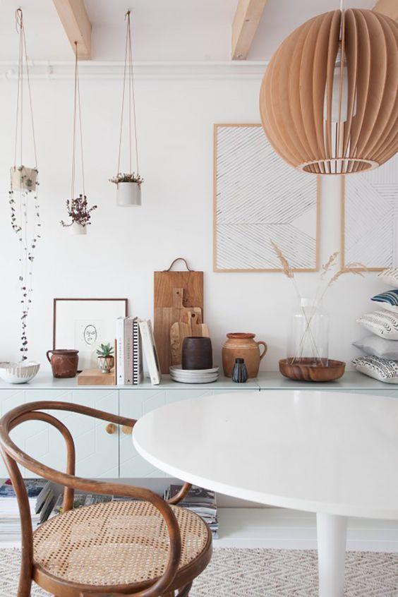 Mesa saarinen branca com decoração rústica