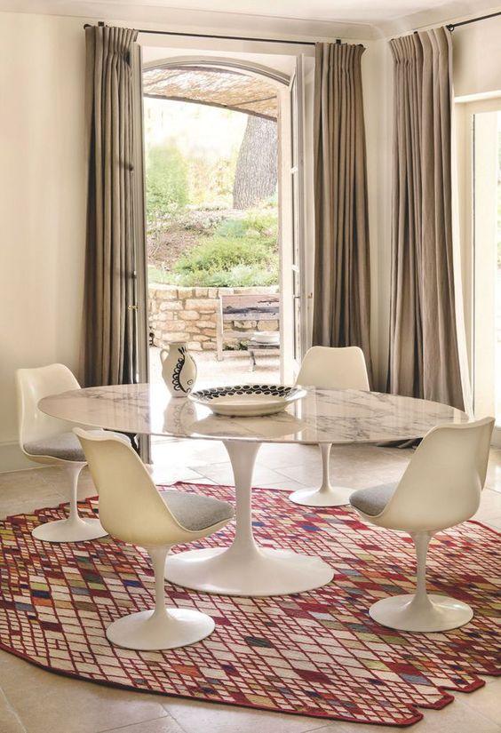 Mesa saarinen branca com cadeira tulipa combinando