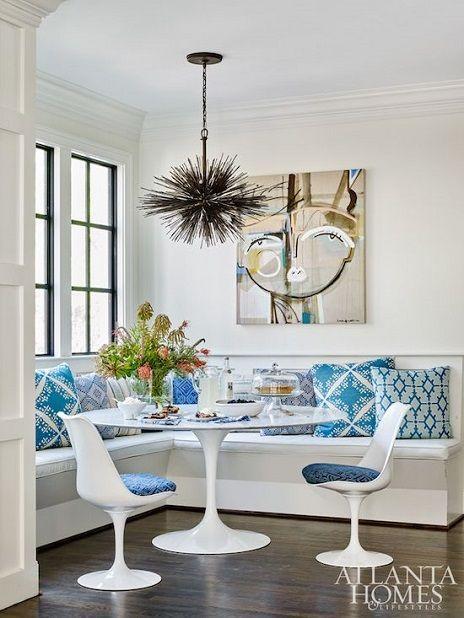 Mesa saarinen redonda na sala de jantar branca e azul