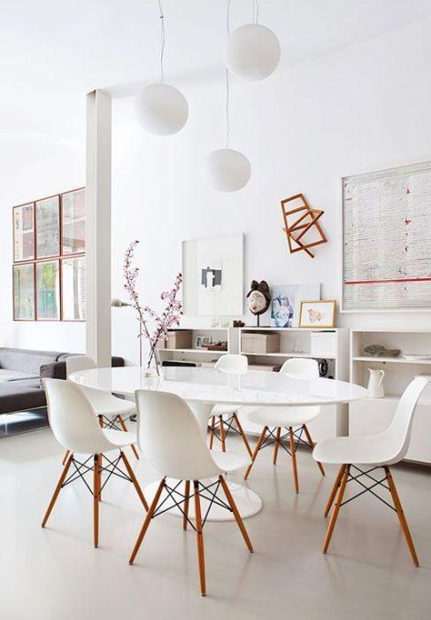 Mesa saarinen com cadeira cadeira eames branca na sala clean