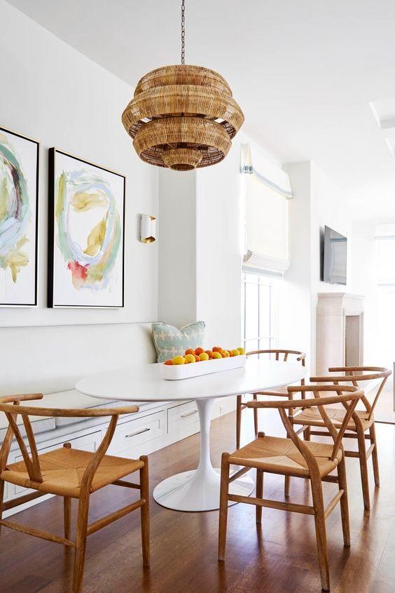 A cadeira de madeira é uma ótima opção para usar com a mesa saarinen