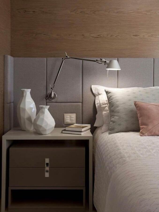 modelo de cabeceira casal cinza planejada em parede com revestimento de madeira Foto Lolafá
