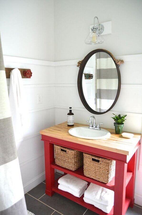 modelo simples de armário de banheiro vermelho com bancada de madeira Foto Planeta Design