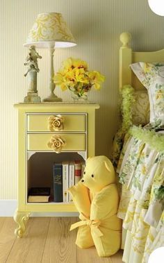 Móveis amarelo pastel no quarto infantil