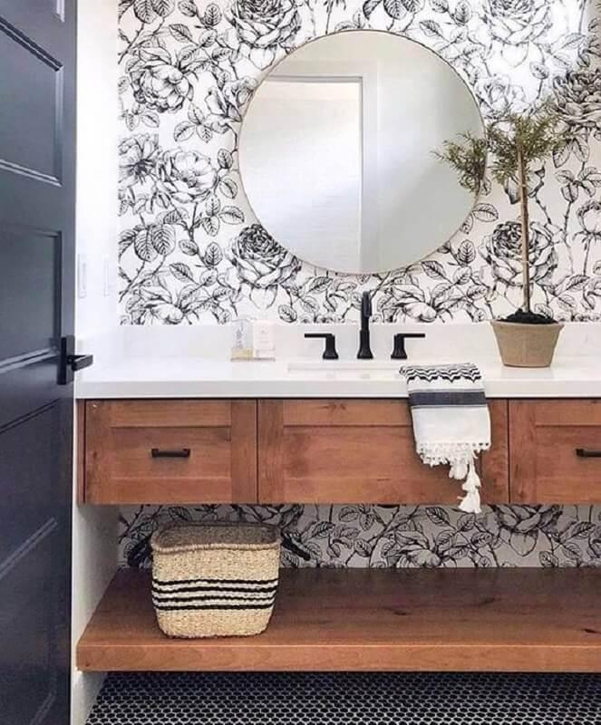 papel de parede floral preto e branco para banheiro decorado com gabinete de madeira  Foto Fashionismo
