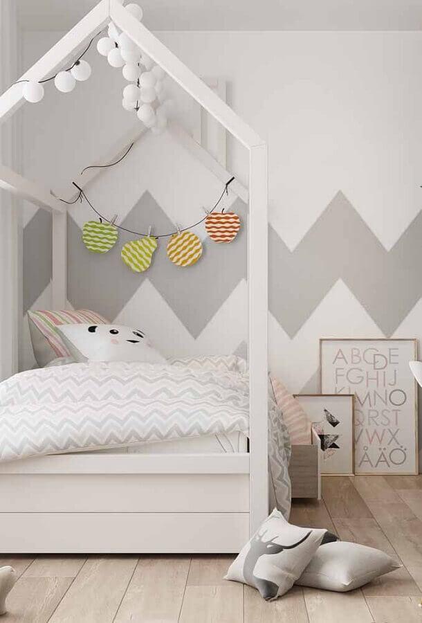 papel de parede geométrico para decoração de quarto com cama montessoriana  Foto Eduardo Cavalcanti Castro