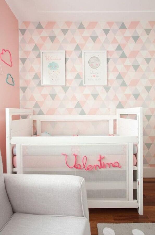 papel de parede geométrico rosa para quarto de bebê Foto Constance Zahn