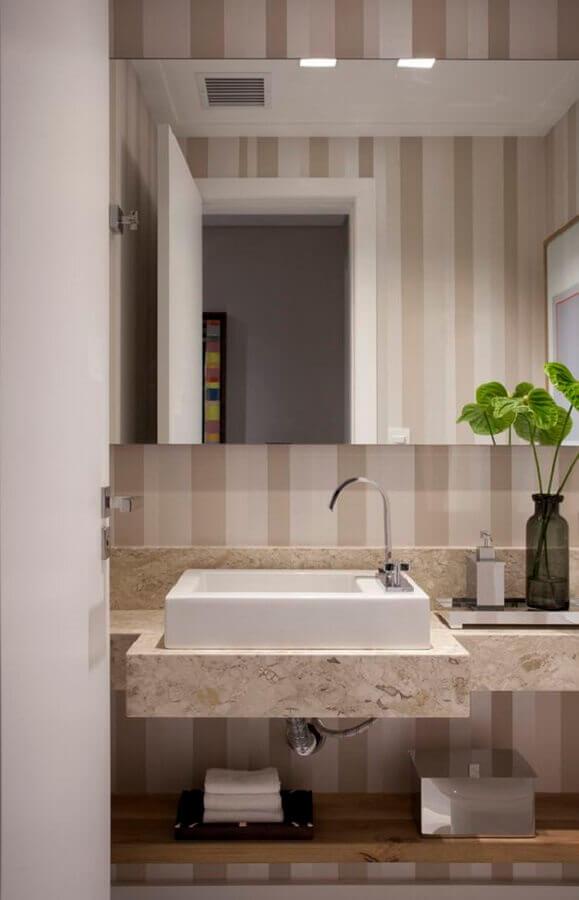 papel de parede listrado para banheiro pequeno decorado em cores neutras  Foto Casa de Valentina