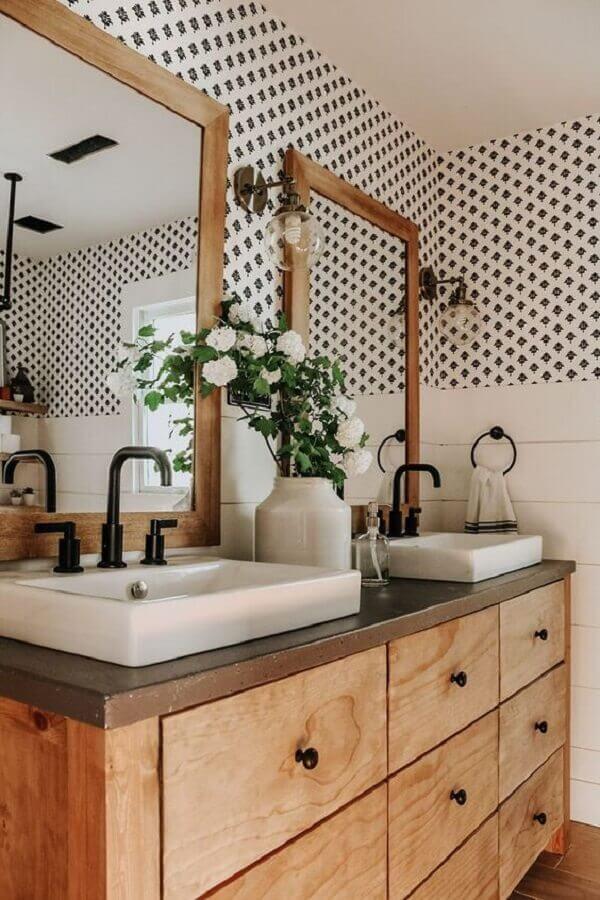 papel de parede para banheiro decorado com espelho e gabinete de madeira  Foto White Lane Decor