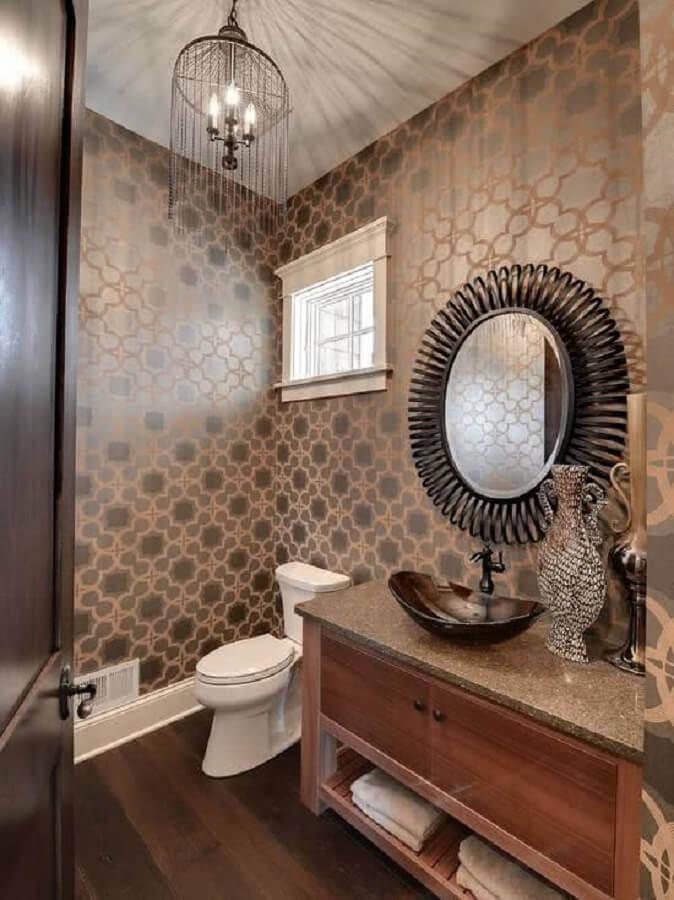 papel de parede para banheiro decorado com espelho redondo e gabinete de madeira  Foto Pinterest