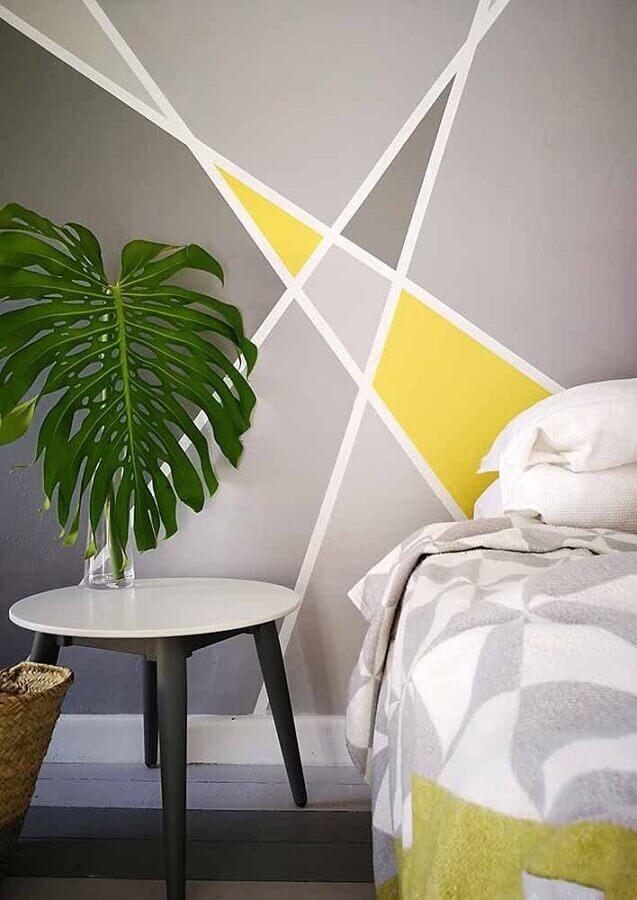 parede com formas geométricas cinza e amarelo para decoração de quarto  Foto Deavita