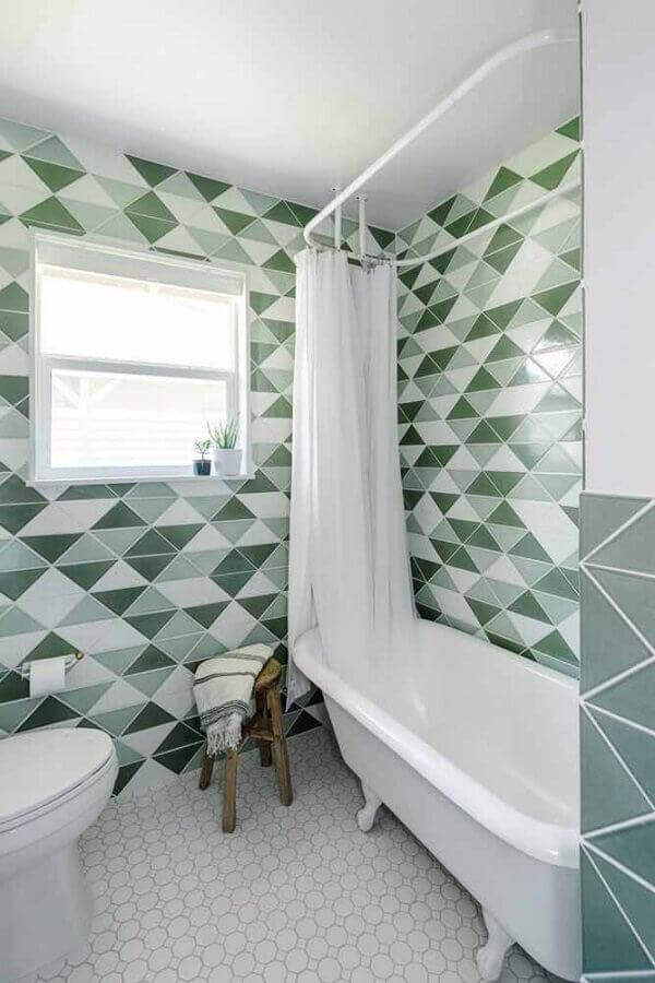 parede com formas geométricas para decoração de banheiro verde e  branco com banheira pequena  Foto Pinterest
