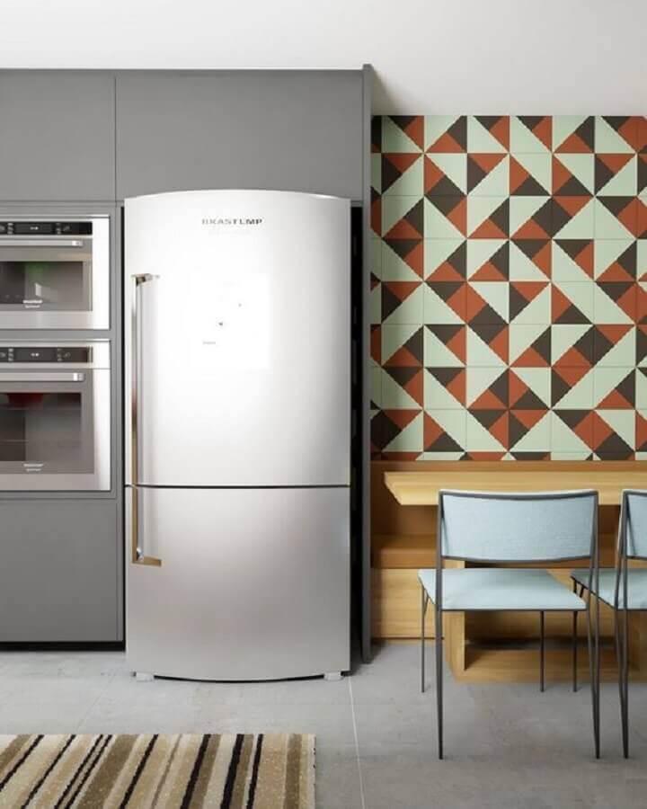 parede com formas geométricas para decoração de cozinha planejada cinza  Foto Pinterest
