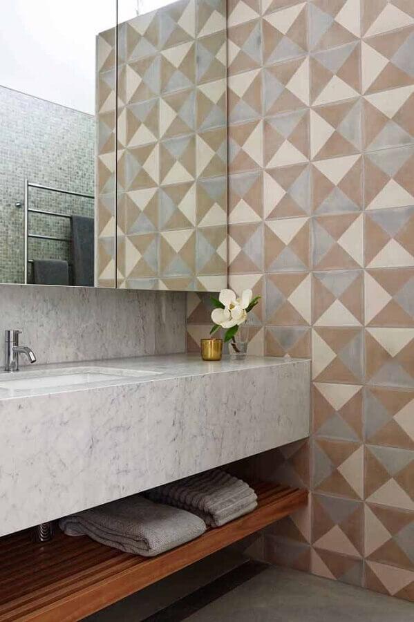 parede geométrica para decoração de banheiro planejado  Foto Apartment Therapy