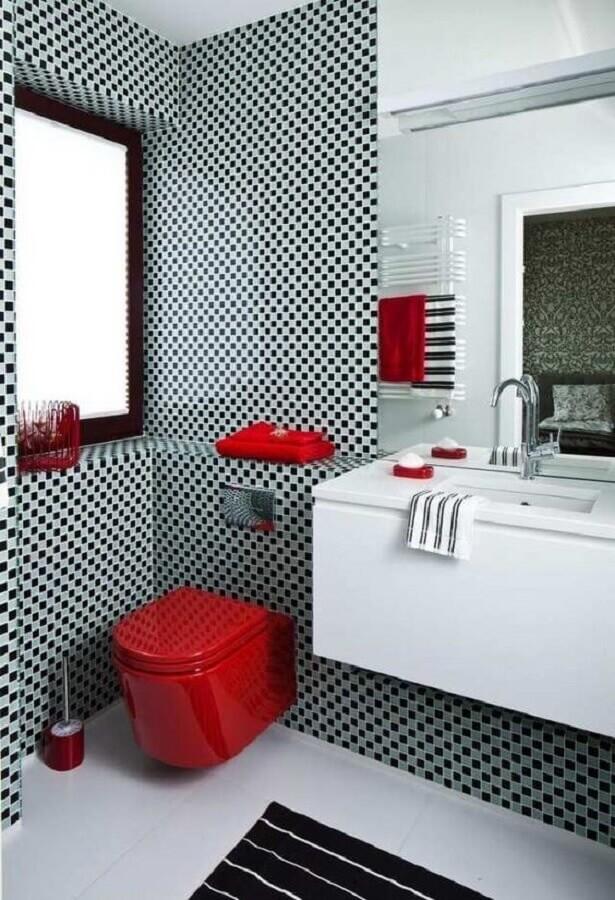pastilha preta e cinza para decoração de banheiro com detalhes em vermelho  Foto Deavita