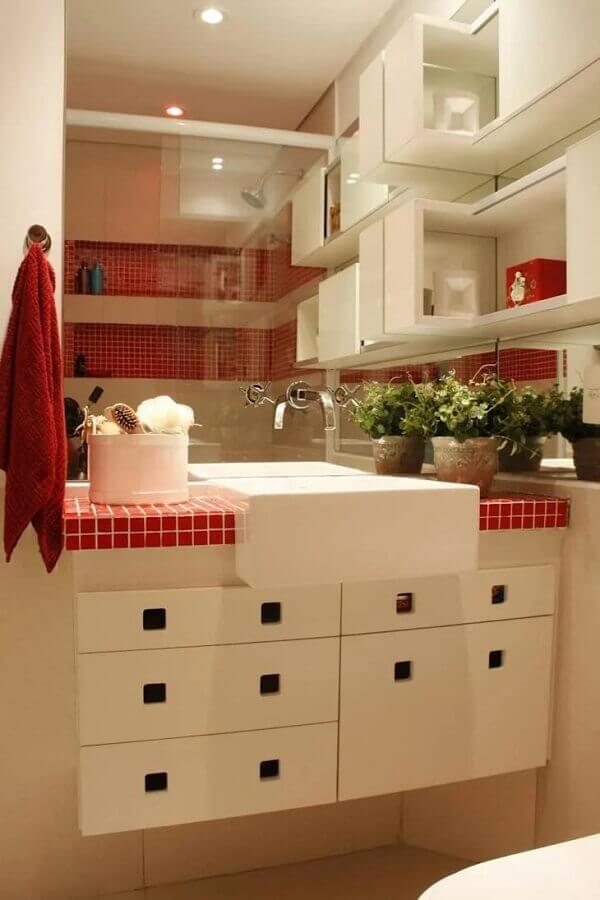 pastilhas vermelhas para decoração de nichos e bancada de banheiro branco Foto LX Arquitetura