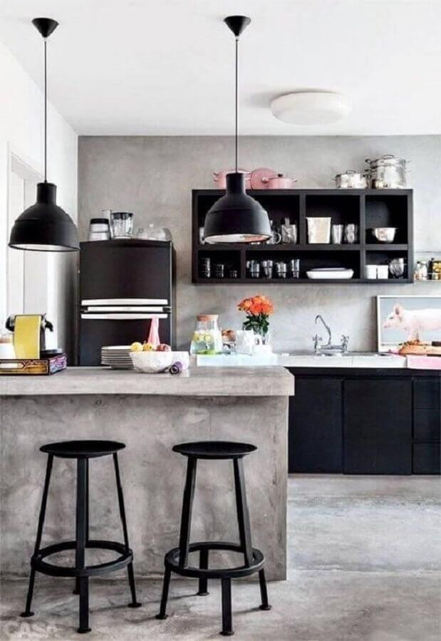 pendente para bancada de cozinha americana decorada com cimento queimado e armários pretos  Foto Pinterest