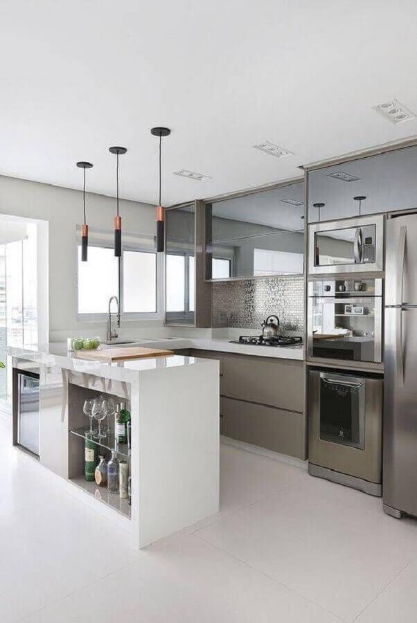 pendente para bancada de cozinha planejada cinza e branca com armário aéreo espelhado Foto Muito Mais Arquitetura