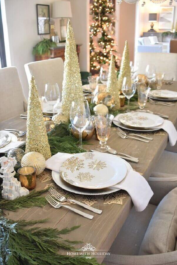 pinheiros dourados para decoração de mesa natalina Foto Home With Holliday