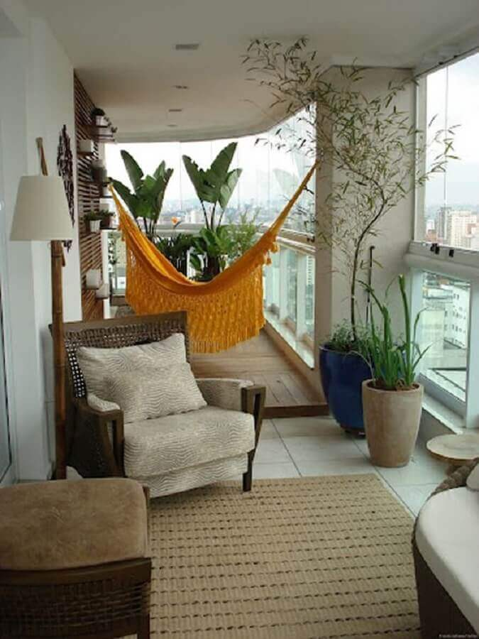 plantas para varanda de apartamento decorada com rede amarela e poltrona confortável Foto Histórias de Casa
