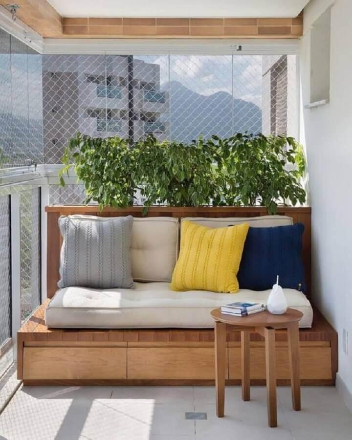plantas para varanda de apartamento decorado com almofadas coloridas e banco de madeira  Foto Simples Decoração