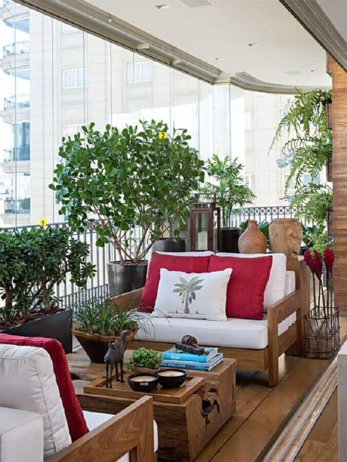 plantas para varanda de apartamento decorado com móveis de madeira  Foto Casa de Valentina