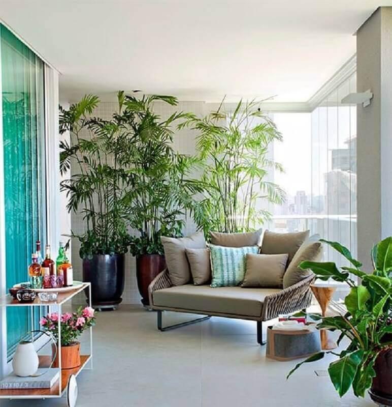 plantas para varanda de apartamento grande decorado com poltrona confortável  Foto Pinterest