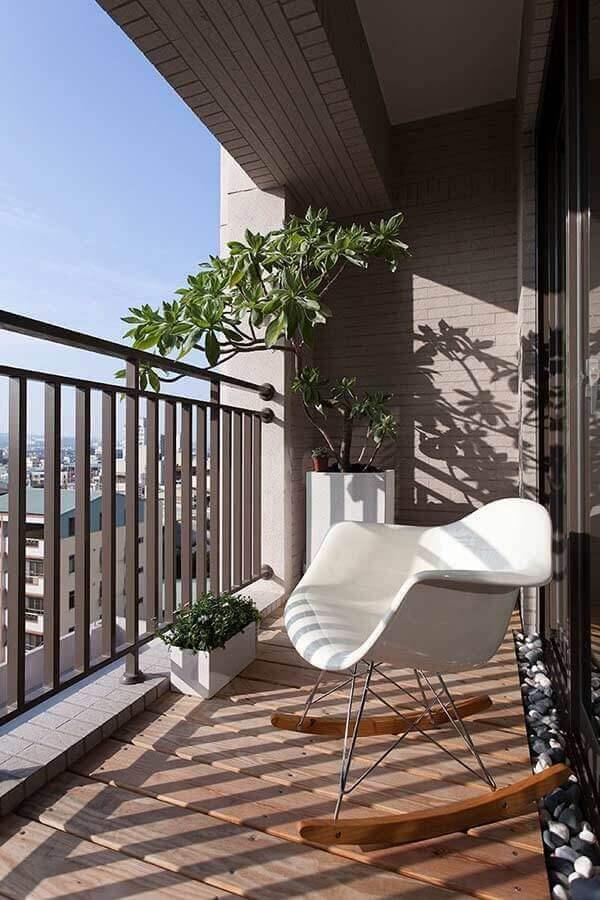 plantas para varanda pequena decorada com cadeira de balanço Foto ZAP em Casa