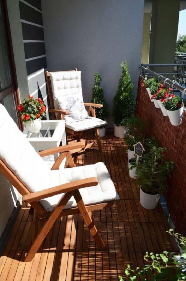 plantas para varanda pequena decorada com poltronas de madeira  Foto Everything Backyard