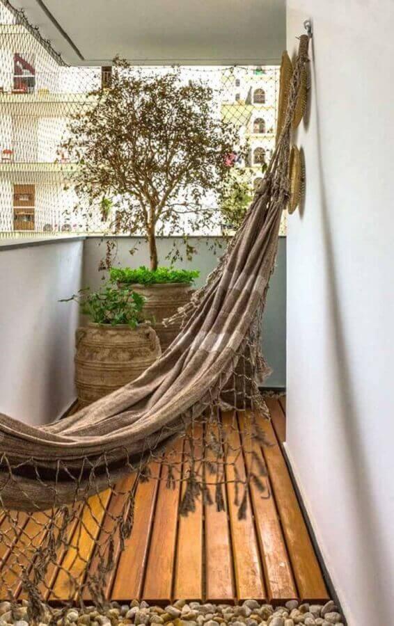 plantas para varanda pequena e rústica decorada com rede e piso de madeira  Foto Jeito de Casa