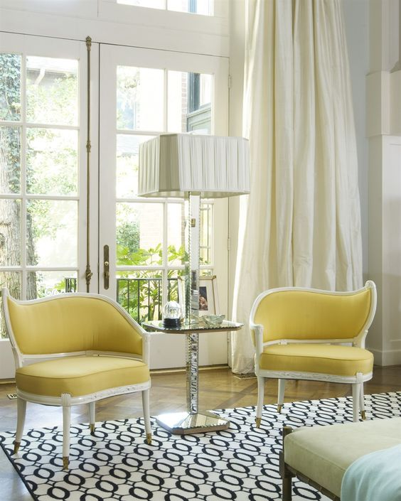 Sala com poltronas amarelo pastel