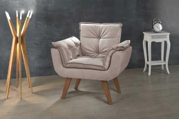 Sala de estar decorada com poltrona opala bege