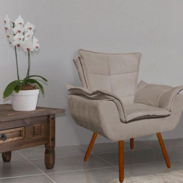 Sala de estar aconchegante com poltrona opala bege