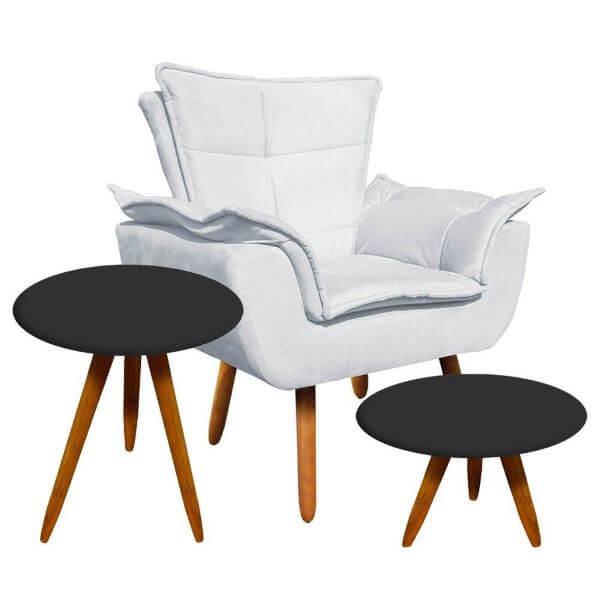 Poltrona opala branca com mesa lateral preta na decoração