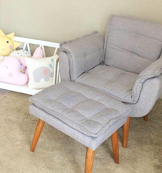 Quarto de bebê com poltrona opala com puff