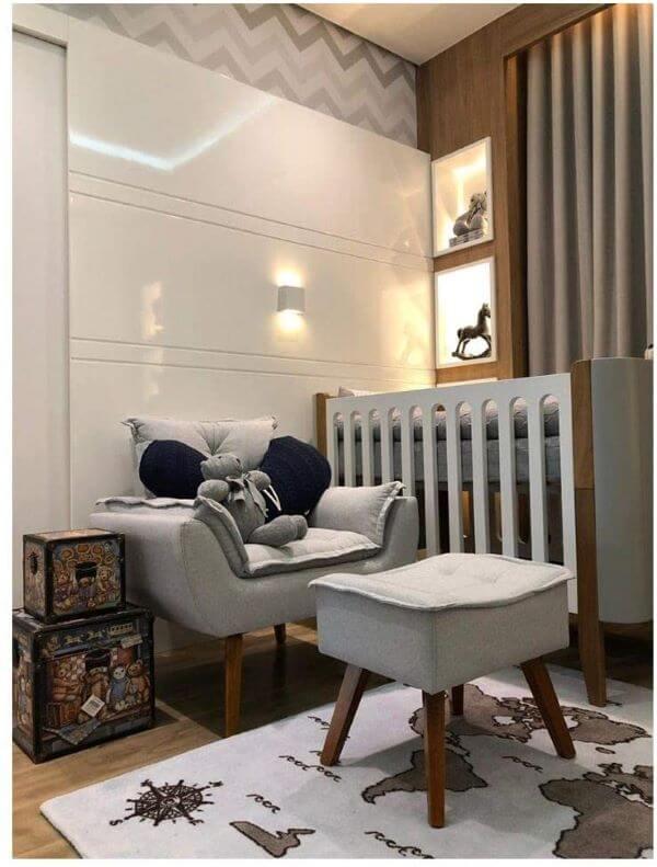Poltrona opala com puff no quarto de bebê