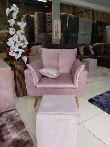 Sala com poltrona rosa