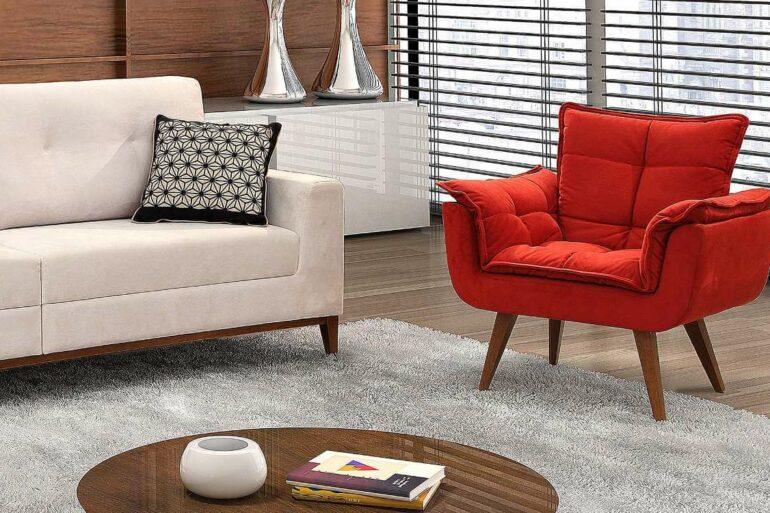 Sala de estar neutra com poltrona opala vermelha em destaque - Via: Pinterest