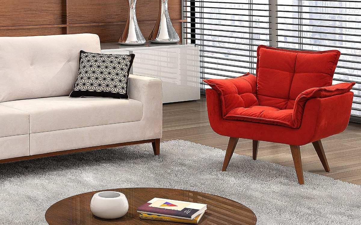Sala de estar neutra com poltrona opala vermelha em destaque