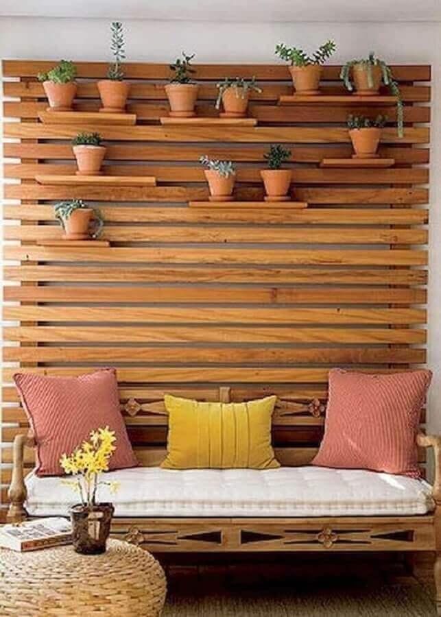 prateleira para plantas na varanda com treliça de madeira na parede  Foto Pinterest