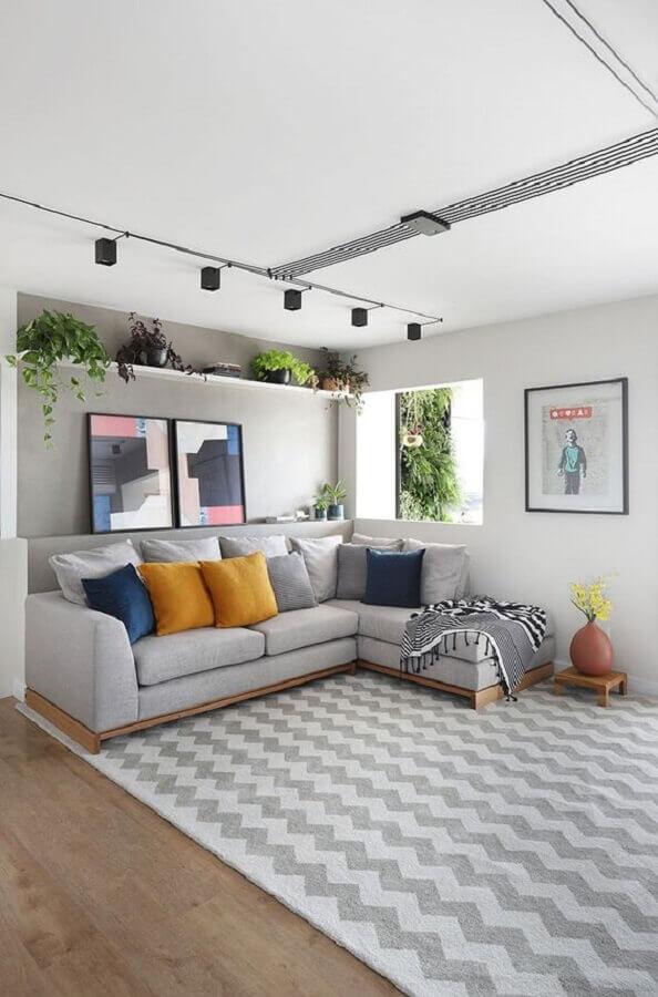 prateleira para plantas para decoração de sala moderna com sofá com chaise  Foto Habitare