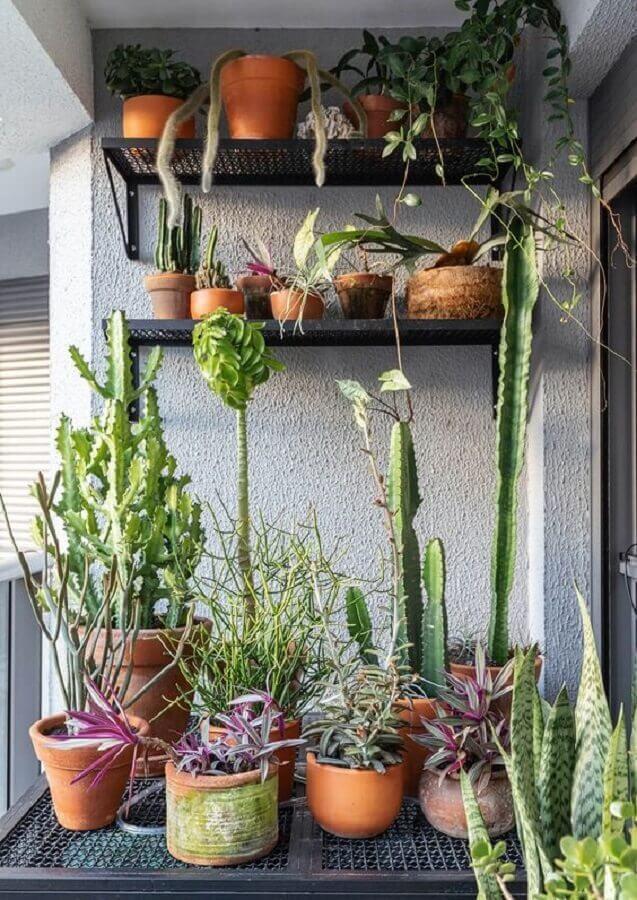 prateleiras para plantas na varanda com estilo industrial Foto Histórias de Casa