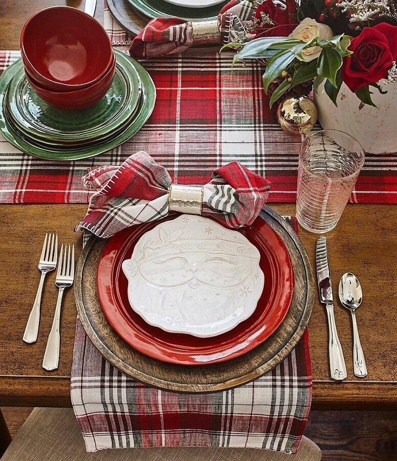prato de Papai Noel e caminho de mesa xadrez para mesa natalina decorada Foto Crate and Barrel