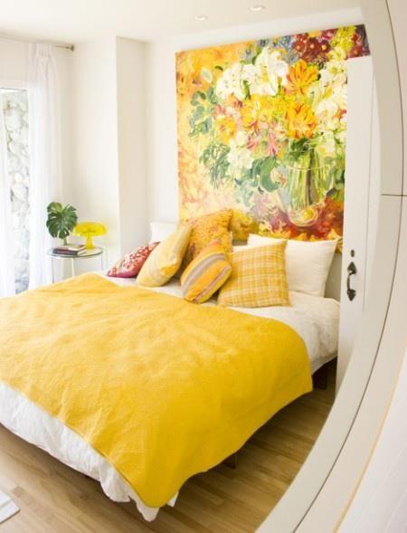 Quarto amarelo pastel com papel de parede colorido